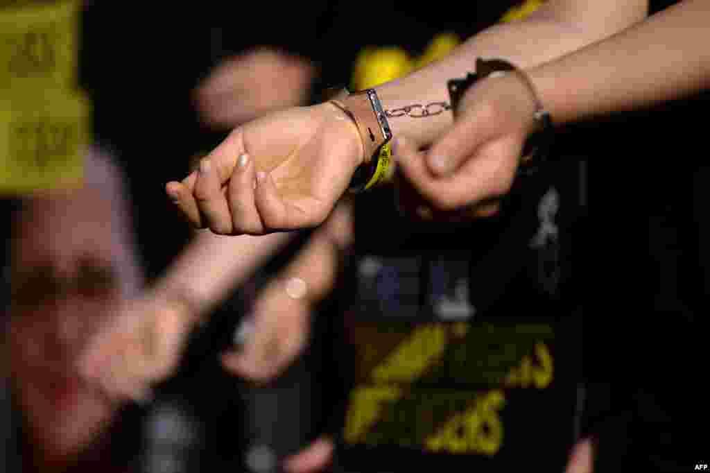 ТУРЦИЈА - На доживотен затвор во Турција се осудени 74 лица, меѓу кои и војници, поради нивната улога во обидот за преврат во јули 2016 година, објавија турските медиуми. Осудени се на строг доживотен затвор под обвинение за обид за промена на уставниот ред и немаат право на амнестија.