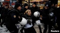 Задержание участников акции против военной операции в Африне, Стамбул, 21 января 2018 года.