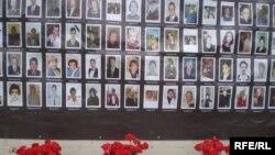 """Цветы и свечи в память о жертвах """"Норд-Оста"""""""