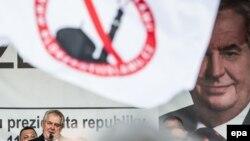 Президент Чехии Земан выступает на митинге против мигрантов в Праге.