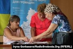 Ирина Бирюкова (слева) консультирует пожилую женщину
