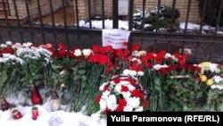Цветы у здания генерального консульства Польши в Калининграде, 15 января 2018