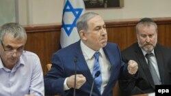 نخستوزیر اسرائیل (وسط) روز یکشنبه گفت که «ایران آرزوی ساخت بمب اتمی را از سر به در نکرده است».