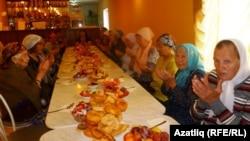 Бәйрәмдә катнашкан бер төркем хатын-кызлар