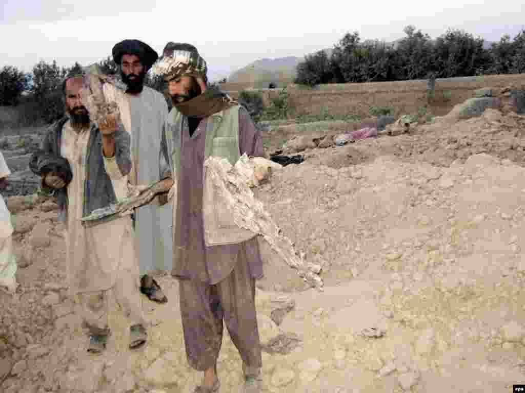 На западе Афганистана в результате авиаудара США по позициям талибов погибли десятки мирных жителей