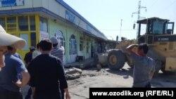 """Yangiyer tumanidagi """"Dehqon bozori""""ga traktor va buldozerlar 7 may kuni haydaldi."""
