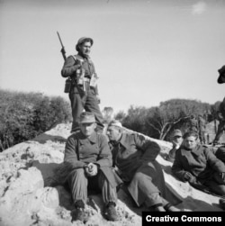 Британский солдат охраняет немецких пленных. Анцио, январь 1944 года