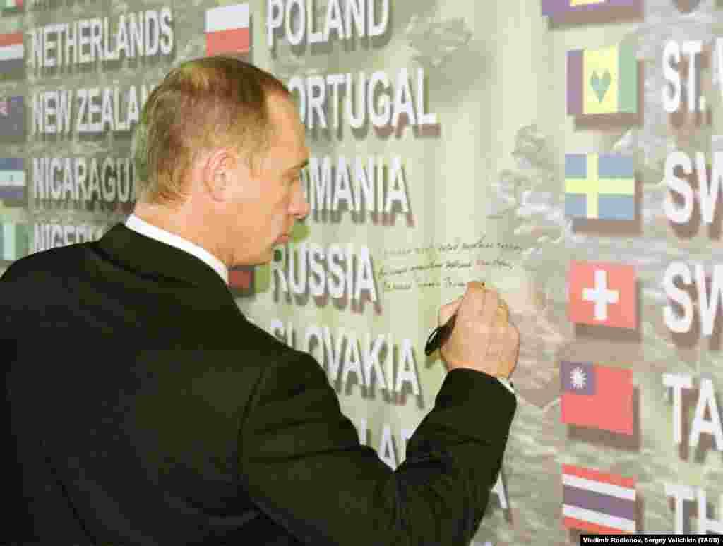 Владимир Путин в Нью-Йорке у мемориала погибшим в результате террористического акта во Всемирном торговом центре. Ноябрь 2001 года.