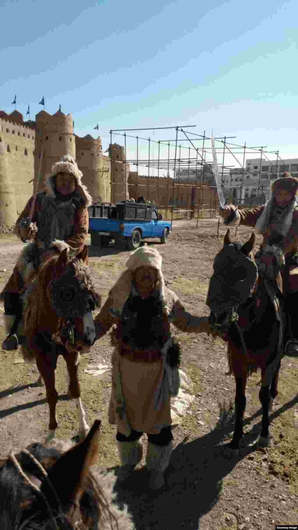 Первый иранский фильм, в котором сыграли этнические казахи, — это «Монголы» режиссера Парвиза Кимьявида, он вышел на экраны в 1973 году.