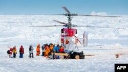 """Китайский вертолёт эвакуирует первую группу пассажиров с зажатого во льдах российского судна """"Академик Шокальский"""""""