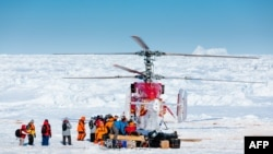 """Китайский вертолет эвакуирует первую группу пассажиров с зажатого во льдах российского судна """"Академик Шокальский"""". 2 января 2014 года."""