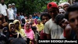Беженцы в очереди за едой в Бангладеш, 6 сентября 2017 года