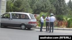 turkmenistan -- turkmen police penalizing driver