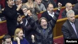 Ukrainë - Reagimi i deputetëve pas miratimit të rezolutës për lirimin nga burgu të ish-kryeministres Yulia Tymoshenko, 22 shkurt, 2014
