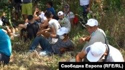 Симпатизанти на ДПС търсят сянка в близост до резиденцията на Ахмед Доган