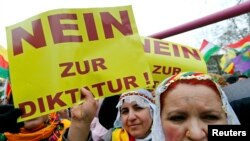 Foto nga arkivi -- Protestë e kurdëve në Gjermani.