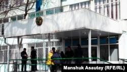 У бывшего Дома демократии, в котором располагается специализированный межрайонный суд по уголовным делам. Алматы, 17 марта 2017 года.