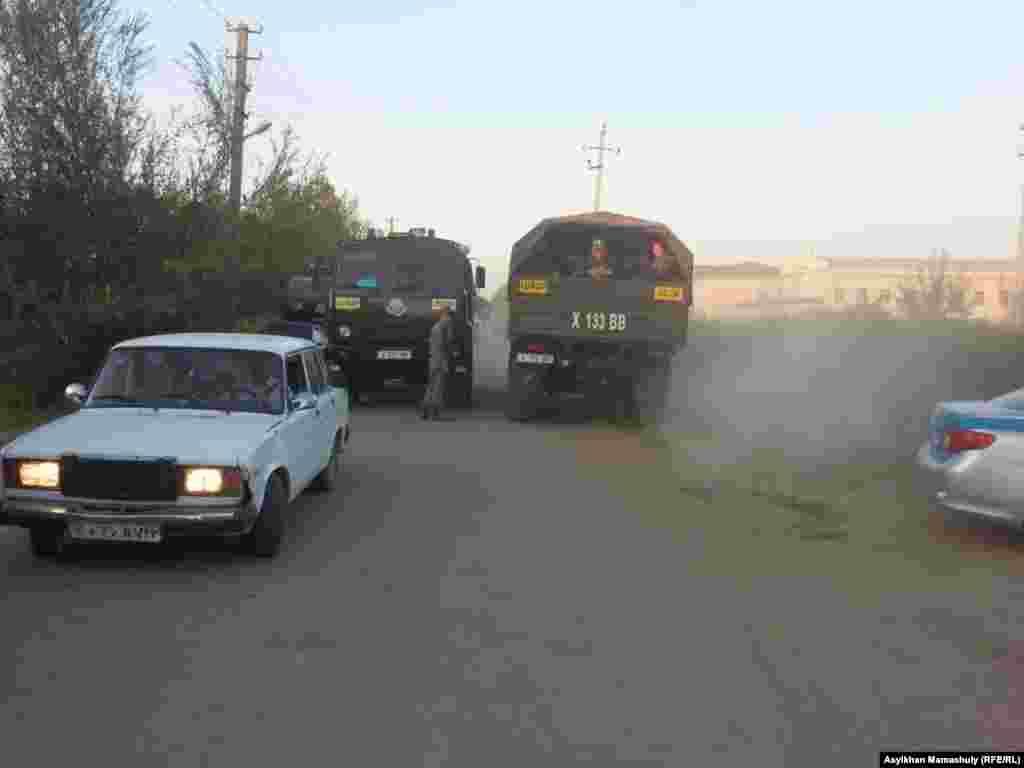 Жолдасбай Ералиев ауылдық округі аумағында тәртіп сақтауға жұмылдырылған полиция көліктері.