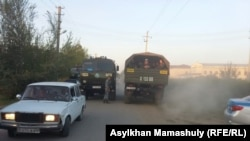 Автомобиль полиции и военных в сельском округе Ералиева, где произошли волнения на фоне сообщений о возможном насилии в отношении несовершеннолетней. Южно-Казахстанская область, 2 августа 2016 года.