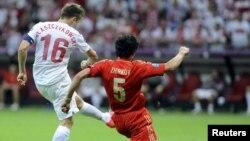 Якуб Блащиковски забивает гол в ворота сборной России. Варшава, 12 июня 2012 г