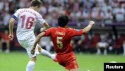 Матчтың үздік ойыншысы атанған Польша футболшысы Якуб Блащиковскидің гол соққан сәті. Варшава, 12 маусым 2012 жыл.