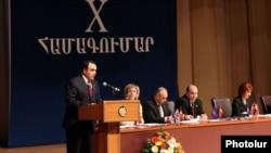 Лидер партии «Оринац еркир» Артур Багдасарян выступает на 10-ом съезде партии, Ереван, 3 марта 2012 г.