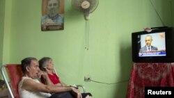 Кубинцы смотрят выступление президента США Барака Обамы, объявляющего о решении восстановить дипотношения с Кубой, 1 июля 2015