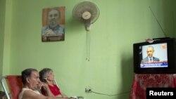 Qytetarë të Kubës duke e shikuar presidentin amerikan. Foto nga arkivi