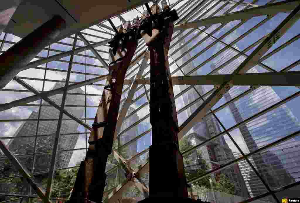 """Остатки разрушенных """"башен-близнецов"""" у входа в музей."""
