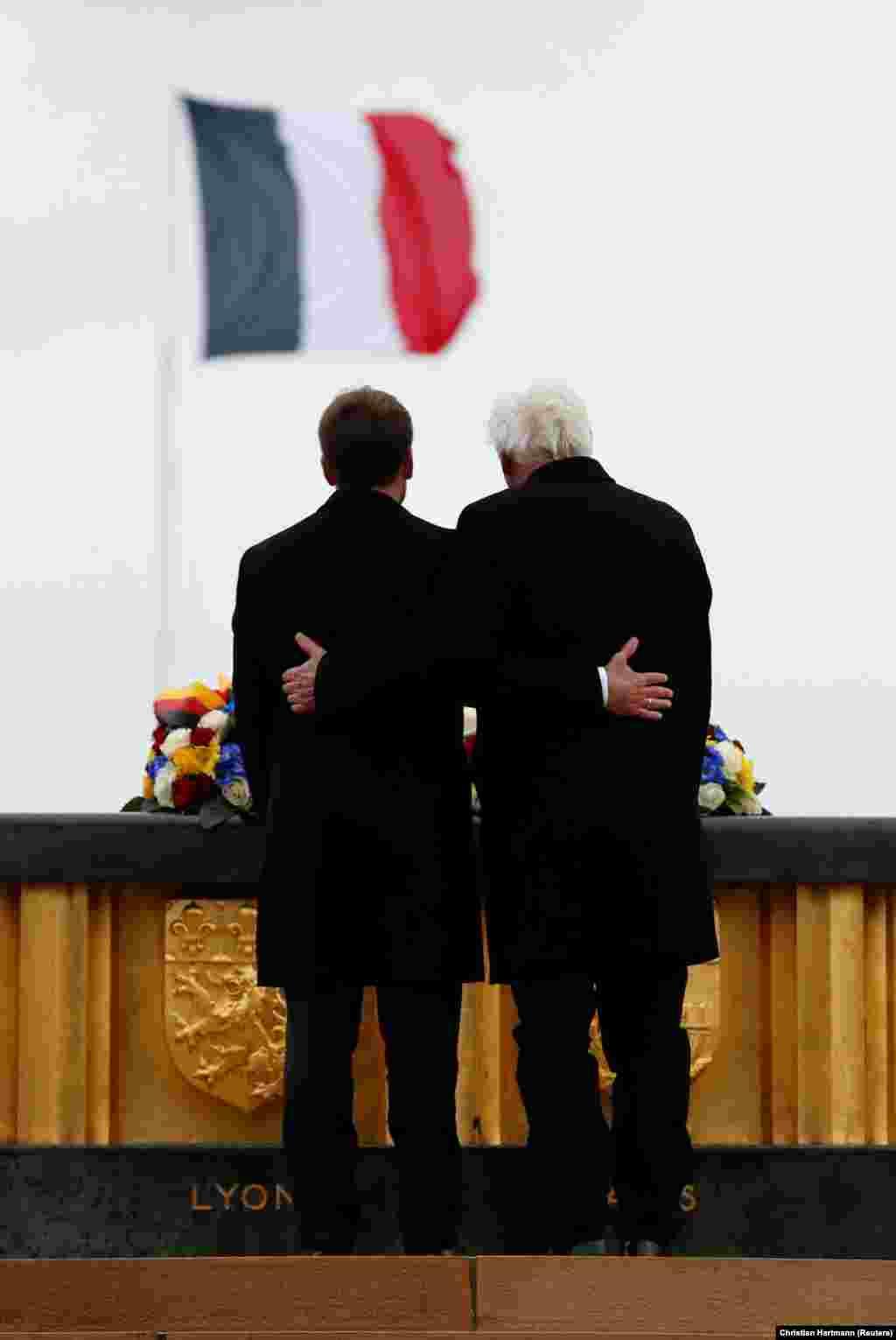 ФРАНЦИЈА - Францускиот претседател Емануел Макрон и неговиот германски колега Франк Валтер Штајнмаер прегрнати учествуваа на комеморацијата за жртвите од битката кај Хартмансвилеркоф, за време на Првата светска војна кога Германија и Франција војувале една против друга.