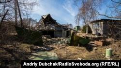 Руйнування після обстрілів в селі Водяне біля Маріуполя, 26 березня 2018 року