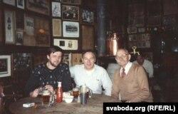 Ян Максімюк (зьлева) і Антон Шукелойць (справа) у пабе МакСорлейс у Нью-Ёрку, вясна 1992. Пасярэдзіне – уласьнік пабу. Здымак зь сямейнага архіву Яна Максімюка