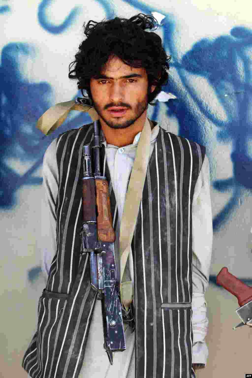"""На протяжении нескольких десятилетий американское правительство и страны НАТО поставляли оружие в Афганистан и Пакистан для борьбы с терроризмом. Но из утечек в СМИ стало известно, что на сухопутные конвои регулярно нападаютталибы. Они отбивают оружие и специальное обмундирование, включая военные компьютеры, приборы ночного видения и инфракрасные метки, которые позволяют отличить своих от врагов. На фото – боевик движения """"Талибан"""", арестованный афганскими военными в Кандагаре. Май 2013 года"""