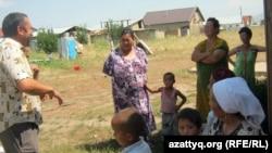 Наурыз аулының тұрғындары. Алматы облысы, 3 тамыз 2011 жыл. (Көрнекі сурет)
