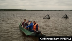 Елена и Юрий уплывают с острова