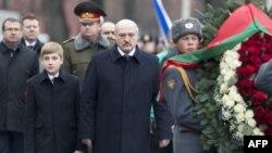 Ռուսաստան - Բելառուսի նախագահ Ալեքսանդր Լուկաշենկոն և նրա որդի Նիկոլայը ծաղկեպսակ են տեղադրում Մոսկվայում Անհայտ զինվորի գերեզմանին, դեկտեմբեր, 2015թ․