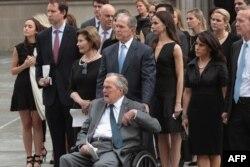 Бывший президент США Джордж Буш — старший с членами своей семьи на похоронах супруги Барбары Буш. Хьюстон, 21 апреля 2018 года.
