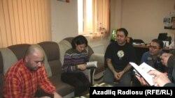 Սեյմուր Բայջանը (ձախից) «Ազատություն» ռադիոկայանի Բաքվի բյուրոյում, արխիվ
