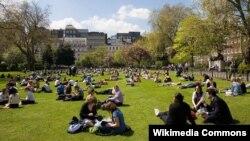 Студенты Лондонской школы экономики перед кампусом (иллюстративное фото)