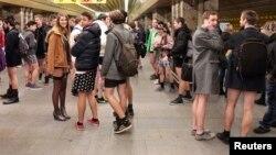 Участники акции «Поездка в метро без штанов» на станции метрополитена в Праге, 12 января 2014.