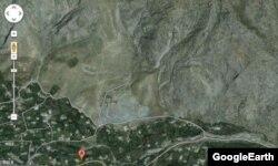 Чаувай поселкасы. Күнгөй беттеги оң жактагы шагыл куюлган ичке сайдын сол ныптасында борчуктун астында Сарт-Ыстаган үңкүрү жайгашкан. GoogleErthтен алынган фотосүрөт.
