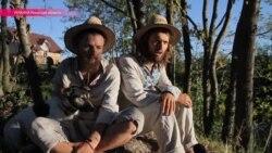 Через страну пешком: двое друзей решили пройти 2000 км без обуви и денег