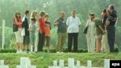 Vukovarsko groblje 2001.Tokom tromesečne opsade grada, a potom ulaska jedinica bivše JNA poginulo je, procenjuje se, između 3.000 i 5.000 ljudi