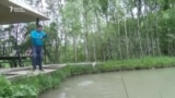 Жаңгак токоюнда балык уулаган туристтер