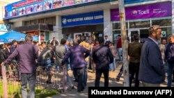 Навбати тӯлонӣ барои харидани билети сафар ба Русия. Шаҳри Душанбе, 8-уми апрели 2021