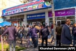 Таджикистанцы стоят в очереди перед государственным агентством по продаже авиабилетов. Душанбе, 8 апреля 2021 года