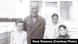 Наум Матвеевич Лыпшиков с семьёй. 1950-е гг