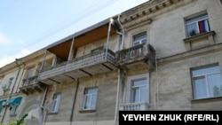 Пристроенный балкон уродует фасад дома №41