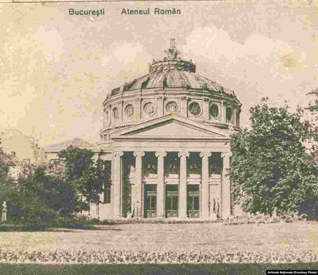 Ateneul Român, construit între1886și1888, după planurile arhitectului francezAlbert Galleron, București. Mutați butonul rotund stânga-dreapta de-a lungul fotografiei pentru a vedea imaginile de atunci și de acum