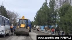 В городе Джизаке асфальтируют дороги перед возможным визитом президента Шавката Мирзияева.